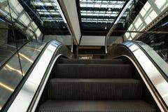 Escalera móvil en un cierre del centro comercial para arriba foto de archivo