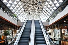 Escalera móvil en un edificio moderno Fotos de archivo