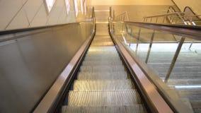 Escalera móvil en una estación de metro en Estambul metrajes