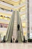 Escalera móvil grande en pasillo moderno de la plaza Imagen de archivo