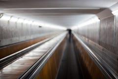Escalera móvil horizontal en aeropuerto Fotos de archivo