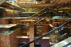 Escalera móvil interior de la torre del triunfo de Fifth Avenue en Manhattan de New York City en Estados Unidos Foto de archivo