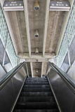 Escalera móvil a la estación de transporte público Fotos de archivo