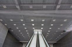 Escalera móvil larga del pasajero Fotos de archivo