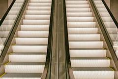 Escalera móvil larga del pasajero Imagenes de archivo