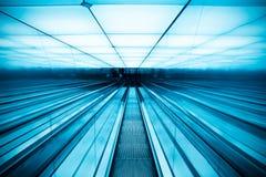 Escalera móvil móvil en el edificio moderno fotografía de archivo libre de regalías