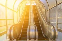 Escalera móvil moderna, arriba y abajo de las escaleras móviles Fotografía de archivo