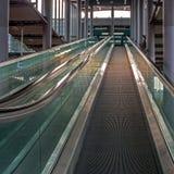 Escalera móvil moderna con un recinto de cristal Imágenes de archivo libres de regalías
