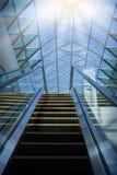 Escalera móvil moderna en centro comercial Foto de archivo libre de regalías