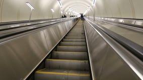 Escalera móvil moderna en el parque Pobedy, Rusia de la estación de metro del metro de Moscú almacen de video