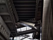 Escalera móvil moderna y diseño interior en la universidad de Bangkok Imagenes de archivo