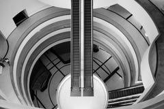 Escalera móvil Pasillo de BACC en blanco y negro Fotos de archivo libres de regalías
