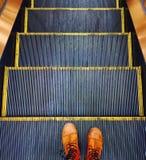Escalera móvil que va abajo Fotografía de archivo libre de regalías