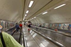 Escalera móvil subterráneo abajo al nivel inferior Imagen de archivo