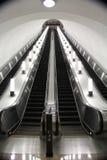 Escalera móvil vacía abajo al metro Foto de archivo libre de regalías