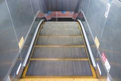 Escalera móvil vacía de hasta abajo en subterráneo Fotos de archivo