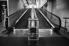 Escalera móvil vacía en blanco y negro Foto de archivo libre de regalías