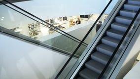 Escalera móvil vacía en el centro comercial