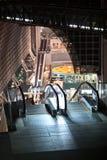 Escalera móvil vacía en el centro comercial japonés de ferrocarril de Kyoto Punto álgido de edificio en el tiempo de la tarde jap Fotos de archivo libres de regalías