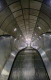 Escalera móvil vacía en el sistema subterráneo del tren Imagen de archivo