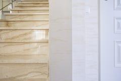 Escalera marmórea en casa moderna Fotos de archivo libres de regalías