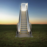 Escalera móvil al cielo en campo de la noche Imagenes de archivo
