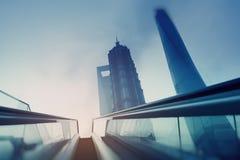 Escalera móvil en una ciudad futurista Imagenes de archivo