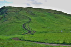 Escalera natural tallada a la colina verde situada en la Islandia del sur cerca la cascada de Skogafoss Imagenes de archivo