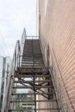 Escalera negra de la salida de incendios fotografía de archivo libre de regalías