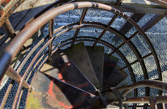 Escalera oxidada del espiral del hierro Imagenes de archivo