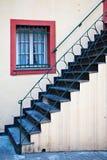 Escalera, pasamano del hierro y ventana Rojo-Enmarcada Imagenes de archivo