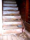 Escalera que desmenuza del hogar abandonado en el pueblo fantasma de Ironton, Colorado Foto de archivo libre de regalías