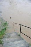 Escalera que eso lleva abajo al río durante la inundación Foto de archivo libre de regalías