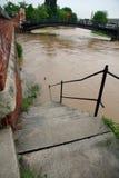 Escalera que eso lleva abajo al río durante la inundación Fotos de archivo