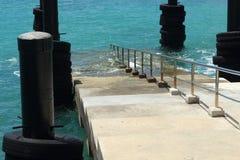 Escalera que extiende al mar imagen de archivo