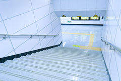Escalera que lleva abajo Imagenes de archivo