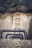 Escalera que lleva abajo de un rompeolas Imagen de archivo libre de regalías