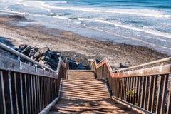 Escalera que lleva abajo a la playa de estado del sur Piedra-cubierta de Carlsbad Fotografía de archivo libre de regalías