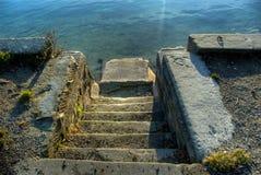 Escalera que lleva al río Imagen de archivo libre de regalías