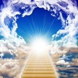 Escalera que lleva a la luz brillante imagenes de archivo