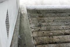 Escalera que mira abajo con el chicle en piso Imagen de archivo