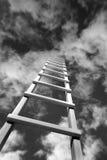 Escalera que sale de negro hacia el cielo fotos de archivo