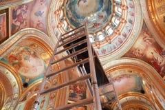Escalera que se levanta al techo de la bóveda Fotos de archivo libres de regalías