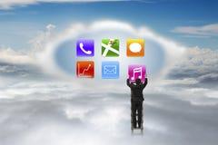 Escalera que sube del hombre de negocios a nublarse consiguiendo el icono de la música con clo Fotos de archivo libres de regalías
