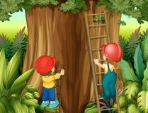 Escalera que sube del muchacho y de la muchacha encima del árbol Imagen de archivo