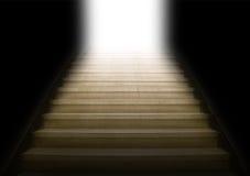 Escalera que sube a la luz blanca Fotografía de archivo