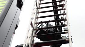 Escalera retractable en el coche de bomberos metrajes