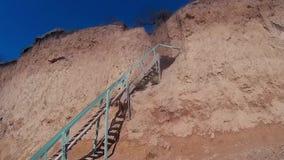 Escalera sola al cielo en la playa de Budjak almacen de metraje de vídeo