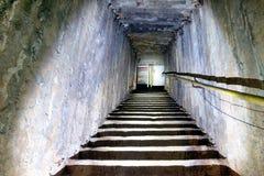 Escalera subterráneo de la oscuridad Imagen de archivo libre de regalías