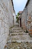 Escalera típica en la ciudad vieja imagenes de archivo